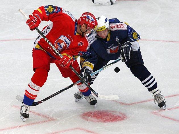 Po  přípravných utkáních s českými celky podstoupí nyní  plzeňští  hokejisté, na snímku  vpravo Jan Kovář,   turnajový test v Německu