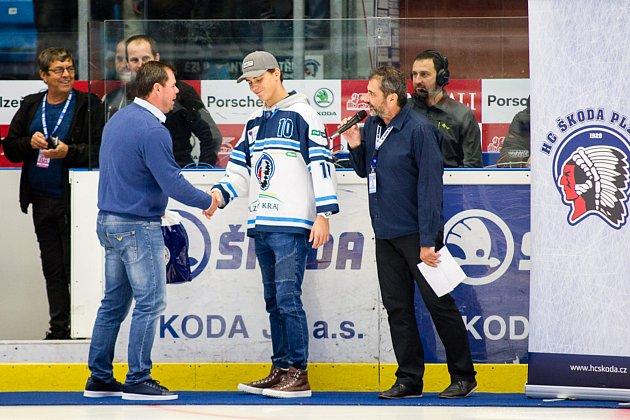 Jaroslav Špaček gratuluje Filipu Přikrylovi.