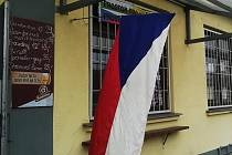Na protest proti vládnímu nařízení přikazujícímu zavírat už ve 20 hodin vyvěsil plzeňský hostinec Na Potravinách vlajku už 9. prosince.