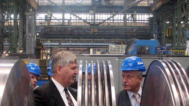 Ředitel Škody Power pro obchod Jaroslav Ira (vlevo) ukazuje předsedovi parlamentního podvýboru pro energetiku Janu Špikovi tělo turbíny pro budoucí elektrárnu.