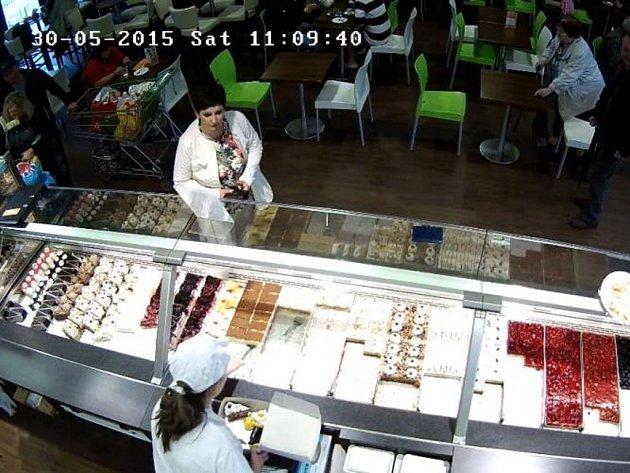 Nálezkyni pouzdra s doklady zachytila kamera.