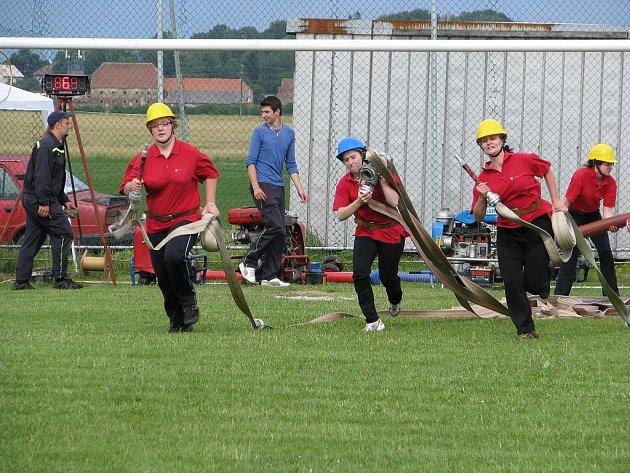 Hasičky z Chlumu se věnují požárnímu sportu naplno.  Na snímku z chlumského hřiště děvčata z B týmu při závodech ke 105. výročí založení zdejšího sboru dobrovolných hasičů