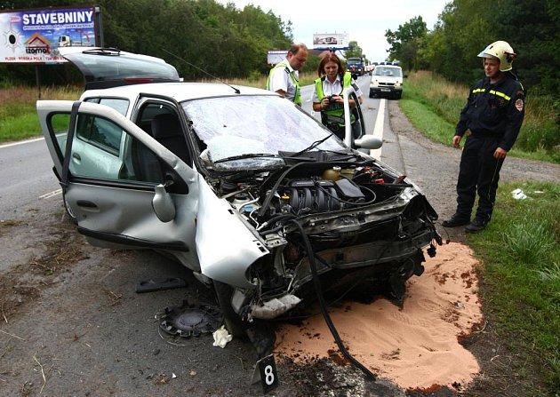 Opilý řidič vytlačil renault ze silnice. Tři lidé se vážně zranili.