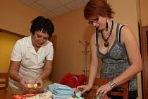 Patnáct žen, především matek na rodičovské dovolené, upletlo pro nedonošená miminka malé čepičky, ponožky i kabátky