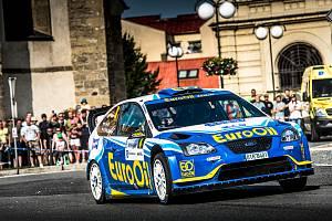 VÁCLAV PECH se spolujezdcem Petrem Uhlem na startu Rallye Bohemia, kterou pro poruchu hydrauliky nedokončil.