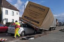 Hrozivě vyhlížející nehoda osobního auta, které po nárazu skončilo napasované pod přívěsem náklaďáku jedoucího před ním, se naštěstí obešla bez zranění.