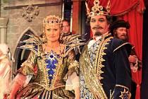 Hana Buštíková a Vlastmil Harapes jako král a královna