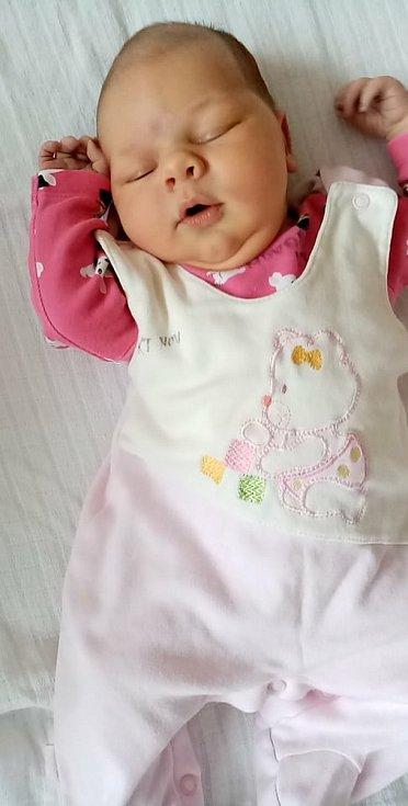 Ester Fialková zBěšin se narodila vklatovské porodnici 23. listopadu v10:00 hodin (3940 g, 54 cm). Tatínek Luboš a maminka Milada věděli, že se narodí holčička. Doma na ni čeká bráška Luboš (2,5).