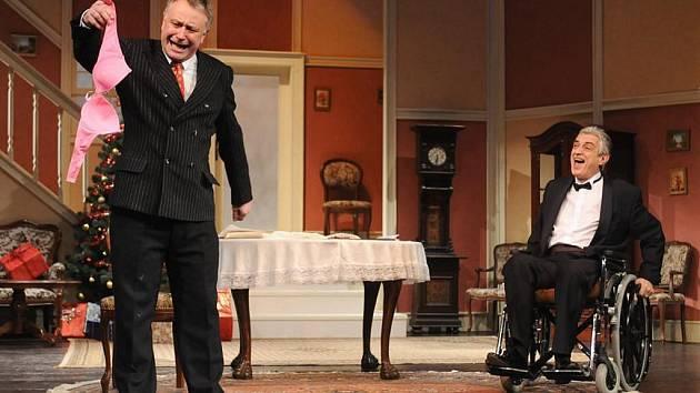 Americkou komedii Přišel na večeři od George S. Kaufmana a Mosse Harta, kterou v sobotu uvedlo Divadlo J. K. Tyla v Plzni, nastudoval Jan Burian přesně rok po Jiráskově Lucerně