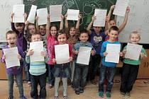 Předání vysvědčení prvňáčkům Benešovy základní školy v Plzni