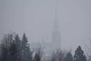 Silueta katedrály sv. Bartoloměje zahalená ve smogu