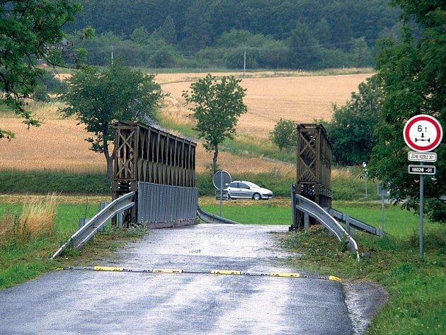 Most u obce Snopoušovy v noci z pátku na sobotu hořel. Vandalové zničili i osm dopravních značek, případ šetří jihoplzeňští policisté