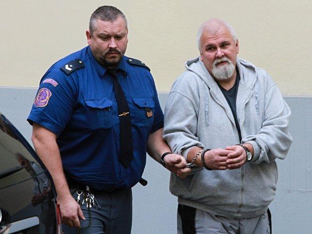 Jednapadesátiletého Maďara Zoltána Kapinecze přivezla k soudnímu jednání vězeňská eskorta.