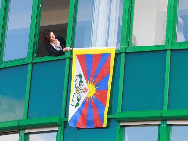 Západočeská univerzita v Plzni před budovou rektorátu vyvěsila vlajku v symbolický čas za pět minut dvanáct