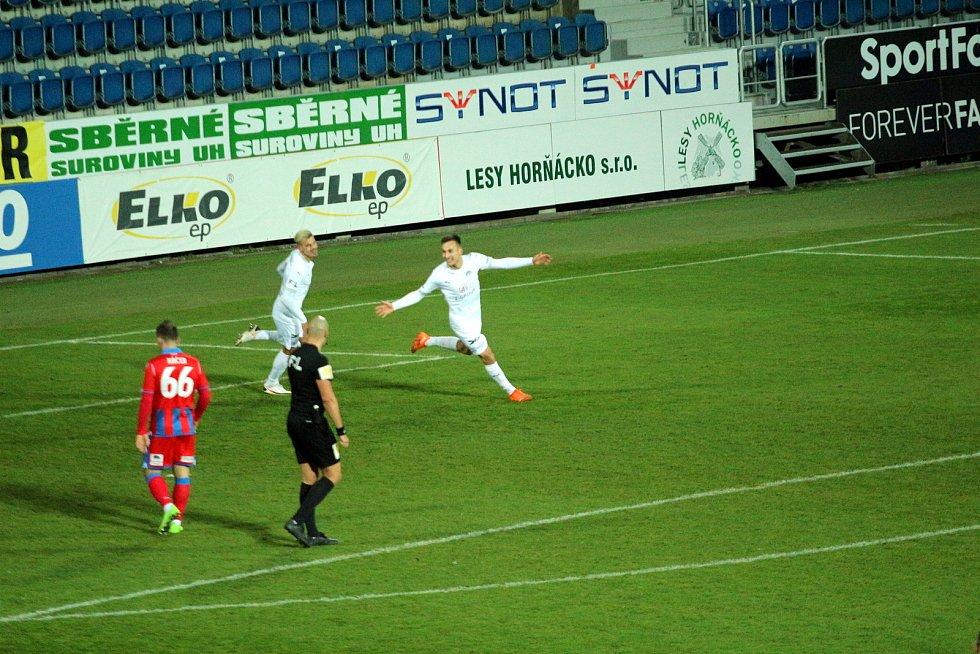 Fotbalisté Slovácka (v bílých dresech) ve 13. kole FORTUNA:LIGY zdemolovali Plzeň 4:0.