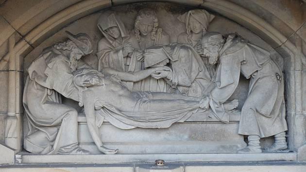 Hrobku, která se přestěhovala na Doubravku,  zdobí výjev kladení Krista do hrobu.