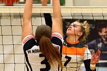 JEDNOU ZE STÁLIC prvoligového týmu Volejbal Plzeň je smečařka Karolina Valtová (za sítí).
