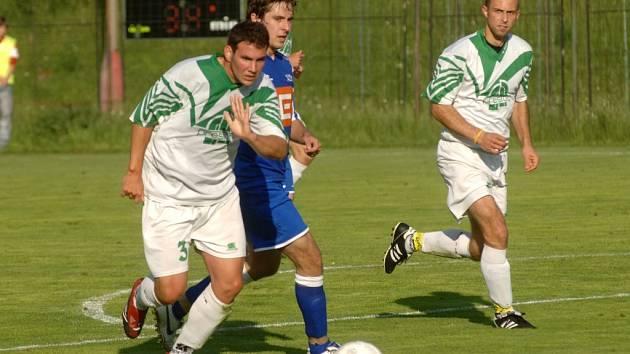 Ve včerejším finále krajského poháru prohráli fotbalisté plzeňského SK ZČE nejen tento souboj, ale i celé utkání. Rapid (v bílém) zvítězil 2:0