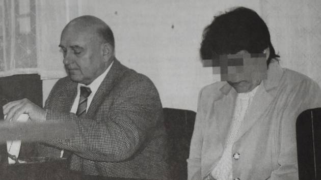 GABRIELA H. s obhájcem před Krajským soudem v Plzni.