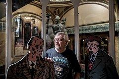 Pavel Kosatík s postavami z komiksů z cyklu Češi. Výstava bude dnes v podvečer zahájena v Plzni.