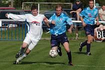 Fotbalisté Chrástu (v modrých dresech) nastříleli na domácím trávníku celku Bolevce šest gólů.