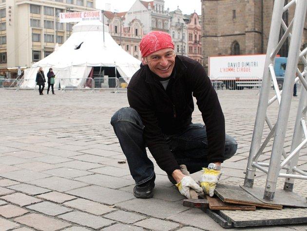 David Dimitri připravuje na náměstí Republiky v Plzni šapitó