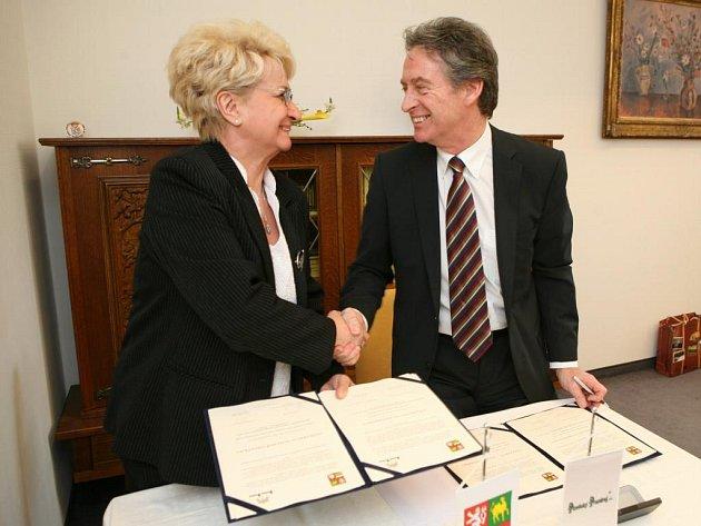 Milada Emmerová a Mike Short při podpisu deklarace