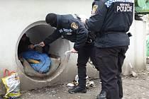 Strážníci bezdomovce v Plzni pravidelně kontrolují. Ilustrační foto.