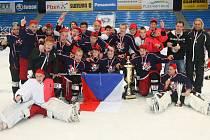 Vítězi hokejového mezinárodního Lekov Cupu 2012  se stali hráči českého výběru IS Sport Team 96.  Na snímku v dresech svých finálových soupeřů s pohárem za výhru