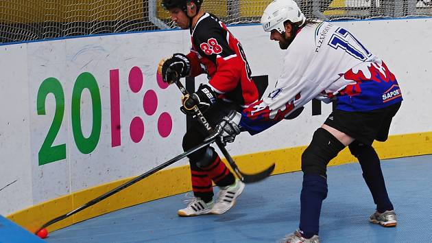 Ani jeden ze zástupců regionu neuspěl v prvním utkání play-off. Hokejbalisté Litic (na archivním snímku v bílém Stanislav Kastner) podlehli doma Poličce 1:4.