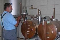 Jindřich Pohanka ve své domácí laboratoři