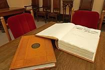Podpis prezidenta Miloše Zemana z minulého týdne je jednímz prvních záznamů v nové pamětní knize města.
