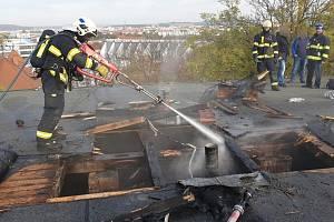 Likvidace požáru na střeše jedné z budov Fakultní nemocnice Plzeň v borském areálu.