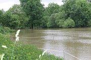 Řeka Radbuza se v Plzni- Lhotě rozlila ze svého koryta a zaplavila louky.
