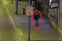 Podezřelý muž na záběru bezpečnostní kamery.