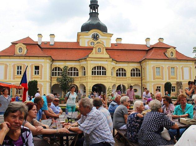 Areál zámku Nebílovy hostil setkání rodáků už před dvaceti lety. Lidé si pochvalovali, jak dnes zámek vypadá.