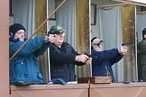 Na soutěži střelců První rána 2014 se v Dnešicích radoval z výhry Vladislav Štěrbaz Rapidu Plzeň (uprostřed), druhý skončil Jiří Ulrych (vlevo), Jan Balej (vpravo) sedmý