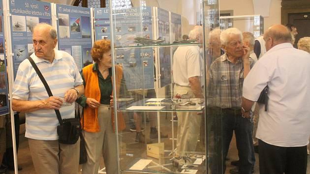 Z vernisáže výstavy ke 110 letům letectví na Plzeňsku v mázhausu plzeňské radnice.