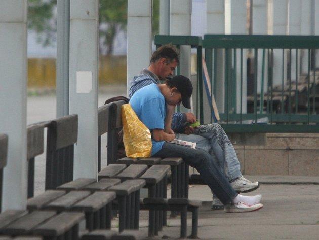 Cestující na autobusovém nádraží obtěžují žebráci