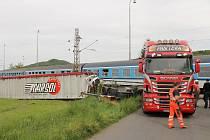 Rychlík z Klatov se na přejezdu v Borovech střetl s kamionem