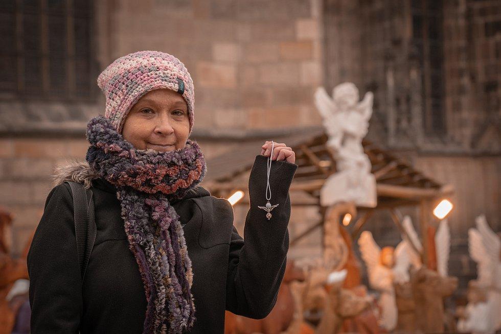 Lucie Hrdličková věší andílky na známá místa v Plzni.