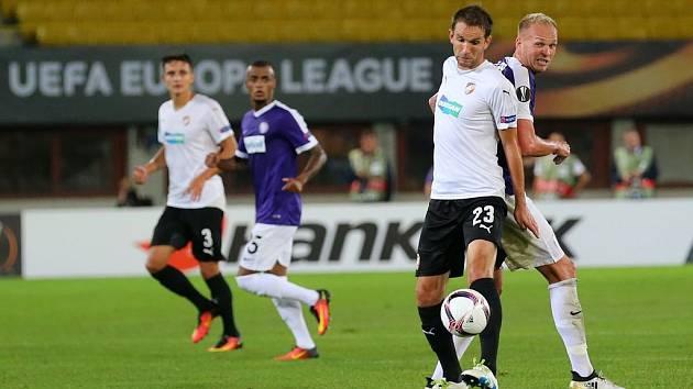 Marek Bakoš (vpředu v bílém) bojuje se soupeřem o míč.