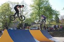 Oficiálního zahájení provozu se v sobotu dopoledne dočkal nový skatepark ve Starém Plzenci na bývalém hřišti DTJ nad viaduktem