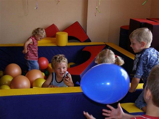 Rehabilitační sestavu na cvičení si děti moc rády užívají. Mateřské centrum ji mohlo koupit díky podpoře Nadace Via