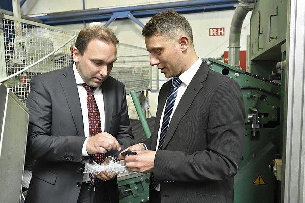 Uwe Hengstermann (vlevo) a Lubor Šabacký prohlížejí vlákna, znichž firma vyrábí své produkty