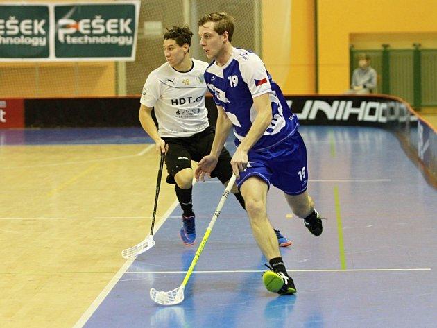 Florbalisté FBC Plzeň prohráli doma s Karlovými Vary 6:7 a na stejného soupeře narazí ve čtvrtfinále play-off. Na snímku uniká soupeři plzeňský Karel Eichler (vpravo).