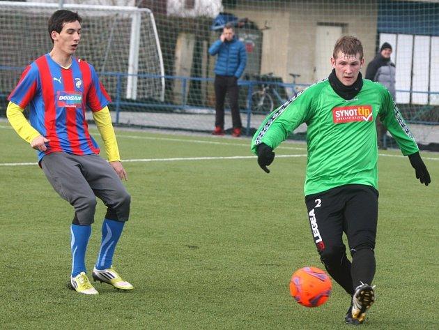 Fotbalisté juniorky FC Viktorie Plzeň (hráč vlevo) ani ve svém čtvrtém přípravném utkání nezaváhali a porazily celek FC Rokycany hladce 4:0