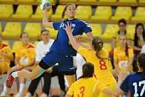 Házenkářka HC Plzeň Barbora Buchnerová (s míčem) dala v zápase proti Makedonii sedm branek a byla vyhlášena nejlepší hráčkou utkání o konečné 15. místo.