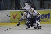 Plzeňský útočník Ján Sýkora tísněný soupeřem se v pádu marně natahuje po puku v nedělním utkání s Kometou, které Škodovka doma prohrála 3:5