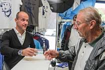 Martin Straka a Tomáš Vlasák prodávali permanentky
